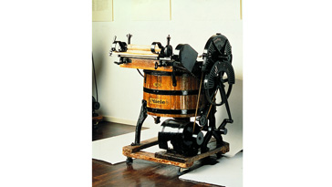 Die erste Wassermotor-Waschmaschine
